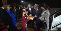 Ереванда Атамбаев жана анын жубайын нан, бир кучак роза менен тосуп алышты