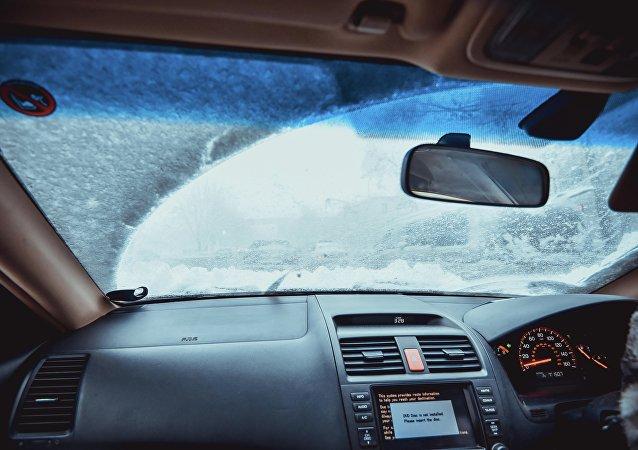 Салон автомобиля во время обильного снегопада. Архивное фото