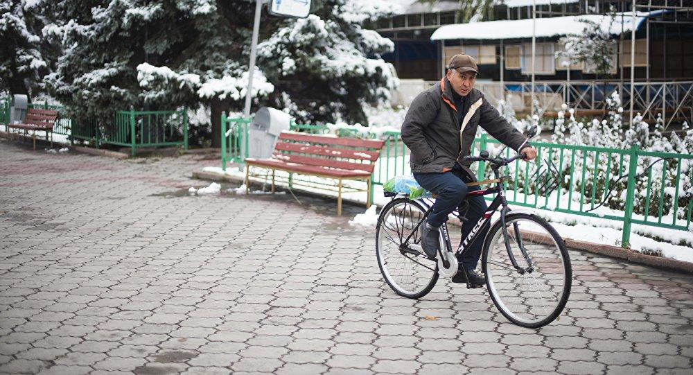 Бишкектин көчөлөрүнүн биринде бараткан киши. Архивдик сүрөт