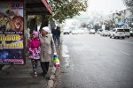 Люди у остановки в Бишкеке. Архивное фото