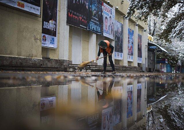 Сотрудник МП Тазалык во время уборки территории. Архивное фото