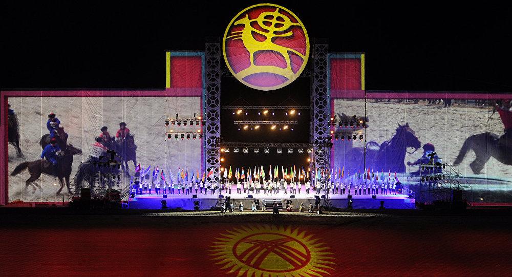 Флаги стран участниц ВИК на церемонии закрытия Всемирных игр кочевников на ипподроме в Иссык-Кульской области