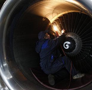 Ремонт двигателя самолета. Архивное фото
