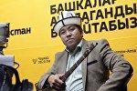 Айтылуу акын Азамат Болгонбаевдин архивдик сүрөтү