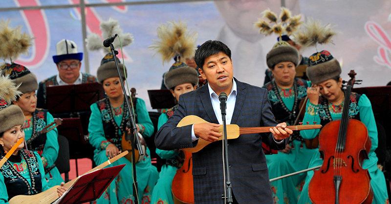 Акын Азамат Болгонбаев на сцене в честь открытии памятника великому поэту Алыкулу Осмонову в селе Каптал-Арык
