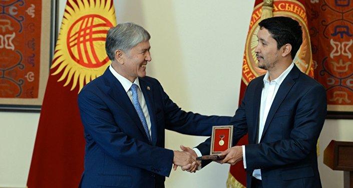 Эльдияр Кененсаров во время церемонии награждения с президентом КР Алмазбеком Атамбаевым