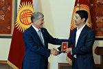 Алмазбек Атамбаев и капитан команды КВН Азия MIX Элдияр Кененсаров, который получил звание Заслуженный деятель культуры КР