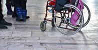 Мүмкүнчүлүгү чектелгендердин коляскасы. Архив