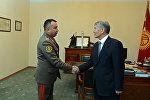 Президент Алмазбек Атамбаев өлкөнүн Куралдуу Күчтөрүнүн Башкы штабынын жетекчиси Раимберди Дүйшөнбиевди кабыл алды