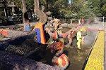 Бишкектеги Абдрахманов менен Токтогул көчөлөрүнүн кесилишиндеги Күн балыктары фонтаны оңдолууда