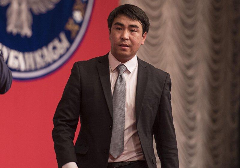 Бывший журналист радио Азаттык, бывший пресс-секретарь президента, а ныне депутат Жогорку Кенеша от фракции СДПК Жанар Акаев.