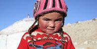 Маленькая девочка на фоне юрты