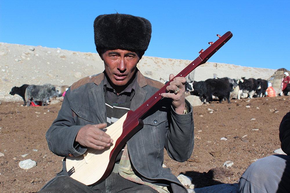 Кыргыздын комузу Памирдин тоолорунда да жаңырды