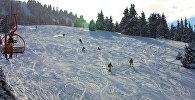 Каракол лыжа базасында эс алып жүргөндөр. Архивдик сүрөт
