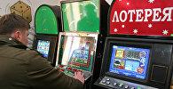 Посетитель интернет-салона с игровыми автоматами. Архивное фото