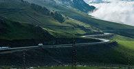 Автомобили на горной дороге. Архивное фото