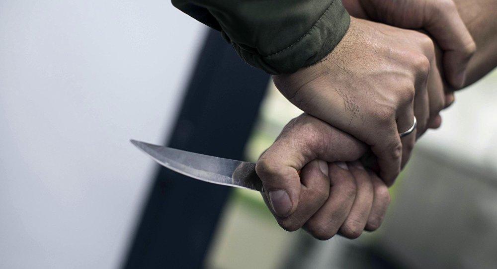 Мужчина защищается от человека с ножом. Архивное фото