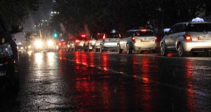 Автомобильный затор во время дождя по улице Чуй в Бишкеке. Архивное фото