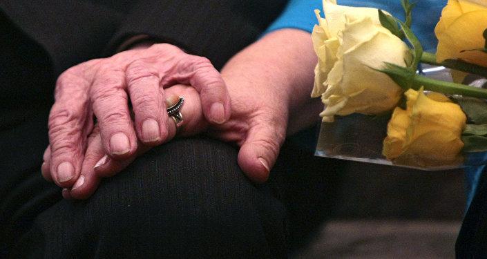 Улуу Британияда 100 жаштагы кемпир турмушка чыкты. Архивдик сүрөт