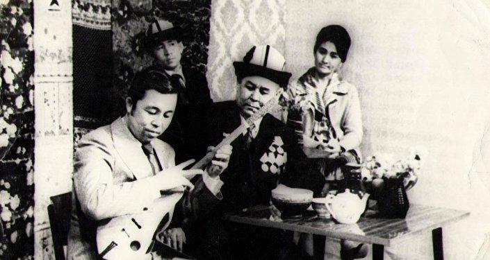 Нурак Абдырахманов 1947-жылы 19-октябрда Нарын облусунун Ак-Талаа районуна караштуу Тоголок Молдо айылында туулган