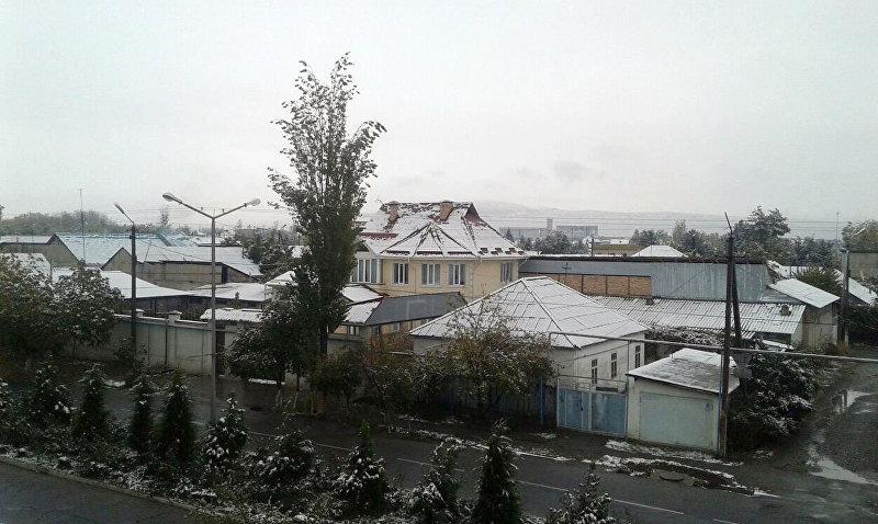 Вид на дома в Джалал-Абаде после снегопада