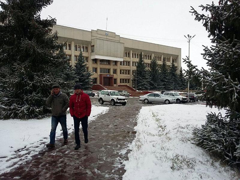 Жители в центральной площади города Каракол после снегопада