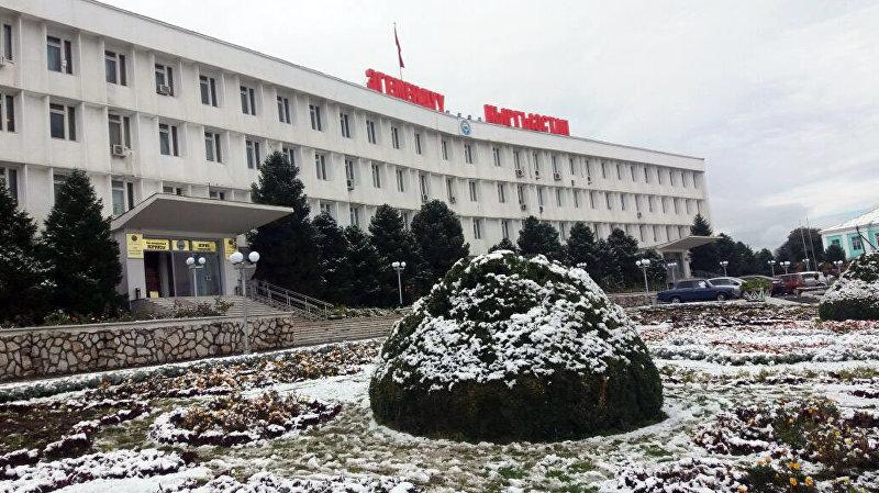 Центральная площадь города Оша после снегопада