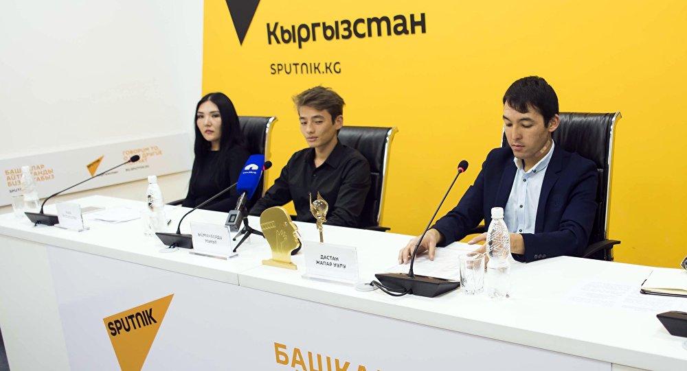 Sputnik Кыргызстан мультимедиалык борбордо тасманын продюсери Ника Жолдошева пресс-конференция убагында