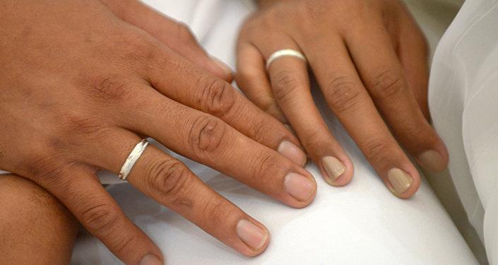Пара с обручальными кольцами. Архивное фото
