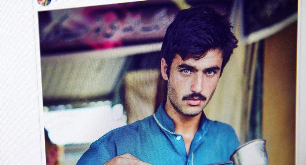 Снимок со страницы Instagram журналистки Джиа Али, на фото голубоглазый пакистанец, продающий чай на рынке