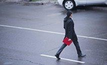Молодой парень переходит дорогу в городе Бишкек. Архивное фото