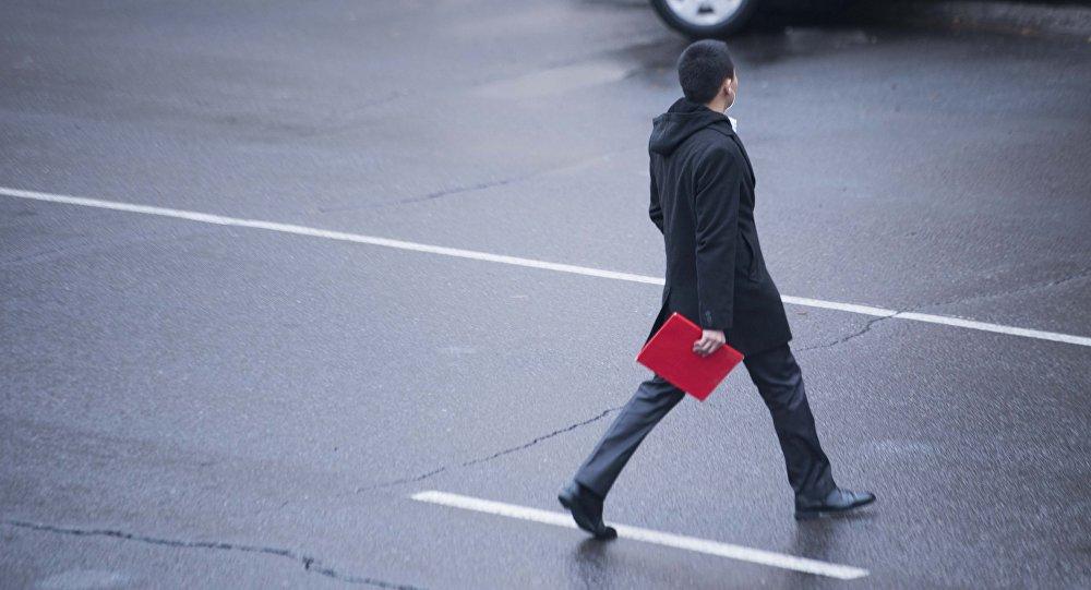 Молодой парень переходит дорогу в Бишкеке. Архивное фото