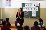 Ырчы Гулнур Сатылганова сабак учурунда