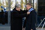 Өлкө башчысы Алмазбек Атамбаев Россиянын Газпром компаниясынын жетекчиси Алексей Миллерге Данакер сыйлыгын тапшырды