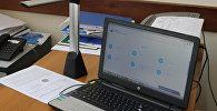 Ноутбук на столе. Архивное фото