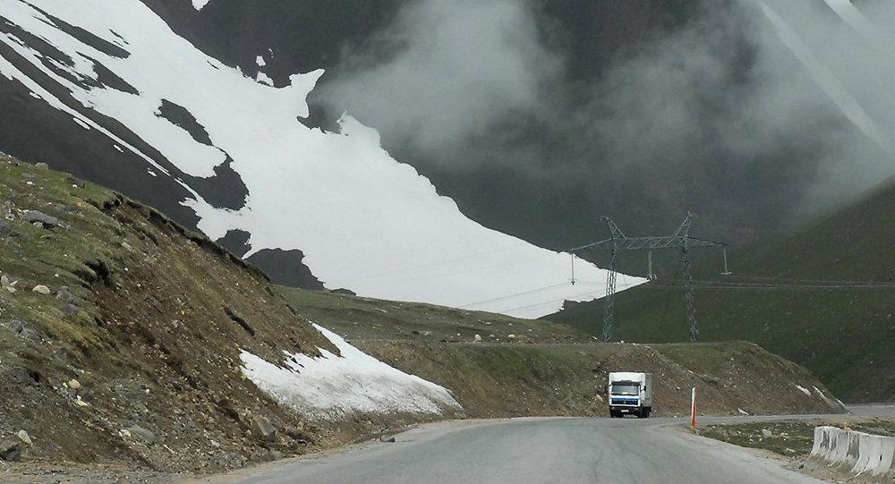 Ограничения напроезд большегрузных машин подороге Бишкек-Ош сняты