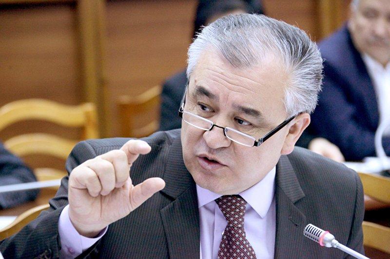 Депутат ЖК VI созыва, лидер фракции Ата-Мекен Омурбек Текебаев на заседании Жогорку Кенеша