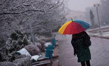 Погода шепчет: Пора укутаться в уютные шарфы и пальто и отправиться в кино. И таких возможностей в эти выходные будет достаточно. А если захотите просто подышать свежим воздухом, отправляйтесь в Дубовый парк. Там пройдет последний Музыкальный Эркиндик.