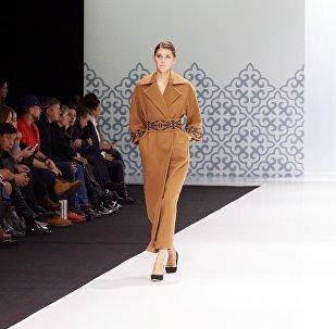 Кыргызстандык дизайнер Альбина Калыкованын ALVI LAB аттуу бренд коллекциясы Москвада өткөн Moscow Fashion Week жумалыгында тартууланган
