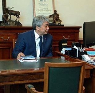 Президент Алмазбек Атамбаев өлкөнүн маданият, маалымат жана туризм министри Түгөлбай Казаковду кабыл алуу учурунда