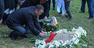Камень, установленный в память о погибших на пожаре в московской типографии