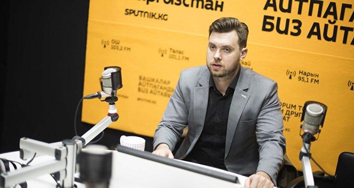 Ведущий праздничных мероприятий и тоев Вячеслав Мантусов во время интервью