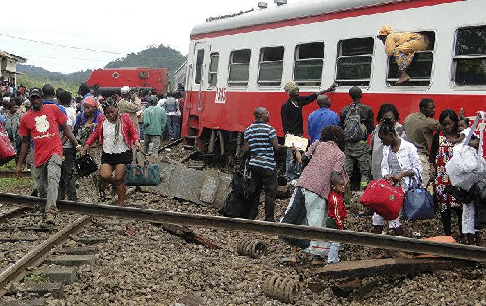 Камерунда рельсадан кулаган поездден чыгып жаткан жүргүнчүлөр