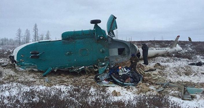 Вертолет Ми-8 авиакомпании Скол, совершивший жесткую посадку в окрестностях поселка Уренгой (фото предоставлено МЧС РФ, максимальное качество).
