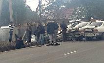 Очевидцы на месте ДТП с участием трех машин на улице Дооронбека Садырбаева в селе Чон-Арык