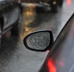 Автомобили едут по улице во время дождя. Архивное фото
