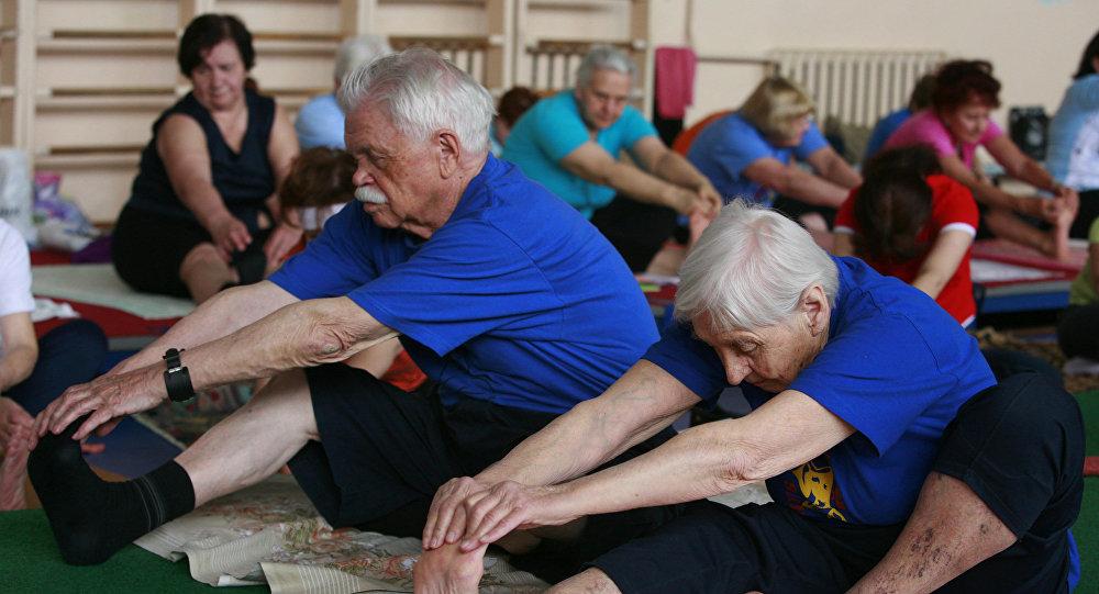 Пожилые люди во время зарядки. Архивное фото