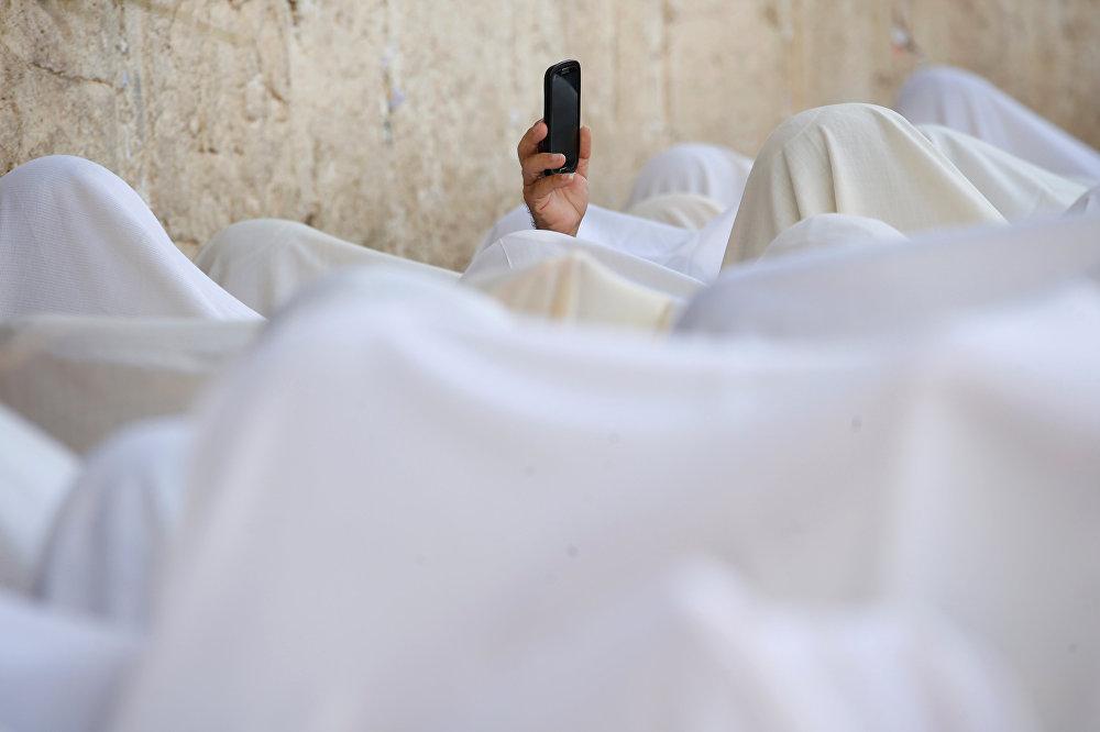 Верующие у Стены Плача в Старом городе Иерусалима
