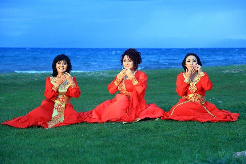 Заслуженные артистки Айчурек Иманалиева, Алина Жетигенова и Асель Турдалиева исполняют хит Кыргызстан,алга,алга!