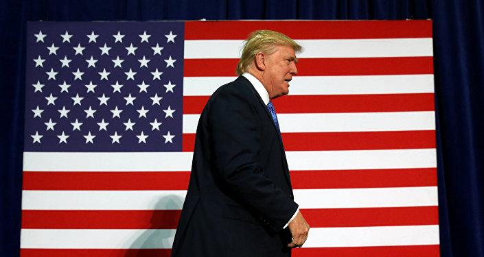 Президент США Дональд Трамп у флага США. Архивное офто